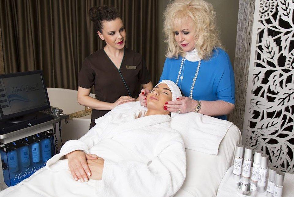 Доктор Рита Ракус делает процедуру HydraFacial