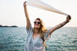 Уход за зоной декольте: 7 советов от звездного пластического хирурга Лени Хочстейна