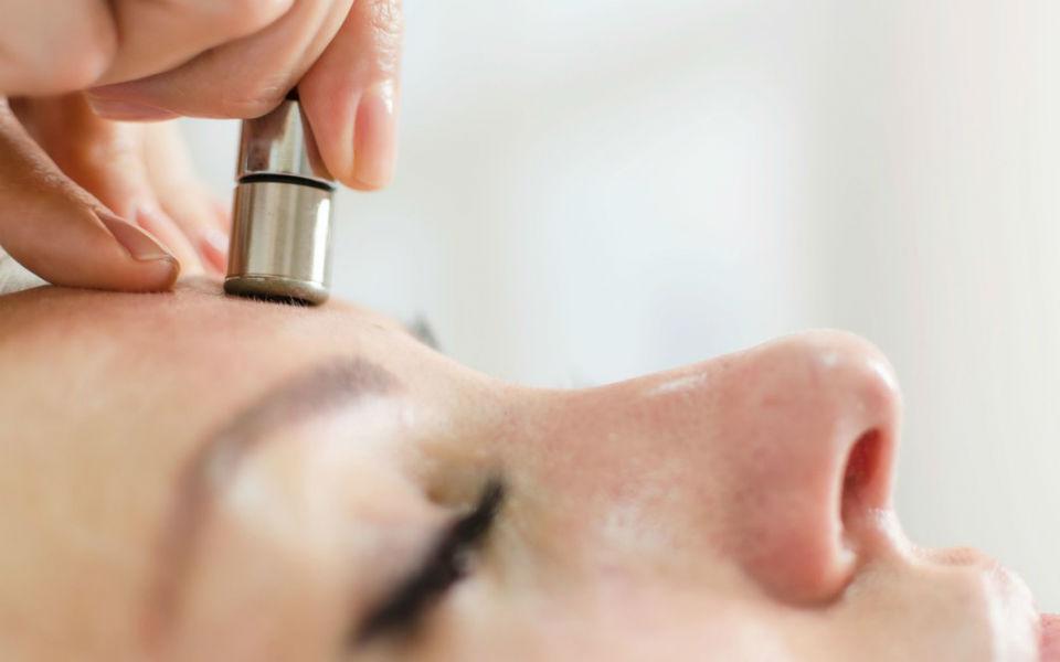 Почему процедуры микродермабразии уходят в прошлое: мнение дерматологов
